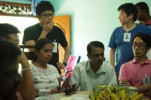 村の人々の話を聞き解決策を考える参加者